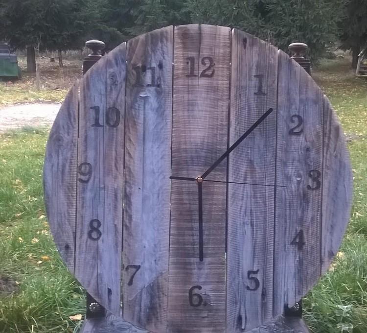 DIY Rustic Pallet Round Clock