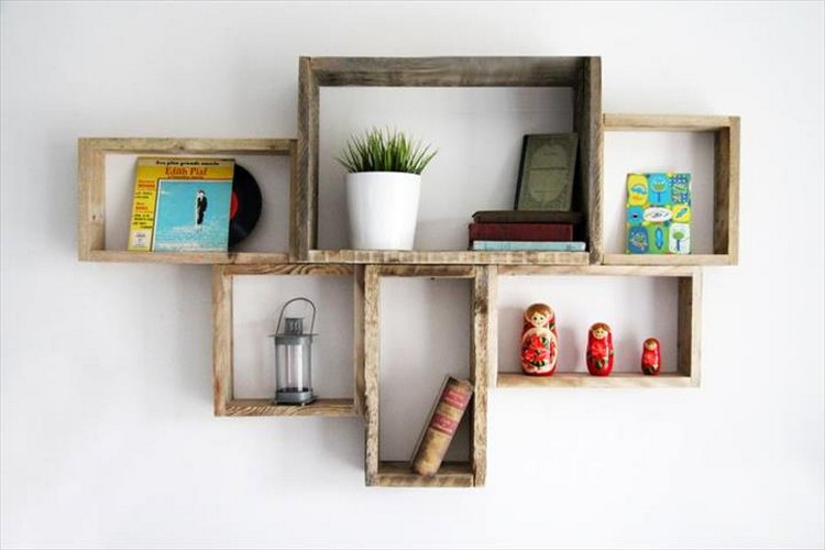 Pallet shelves with wall decor pallet wood projects - Decoration etagere murale ...
