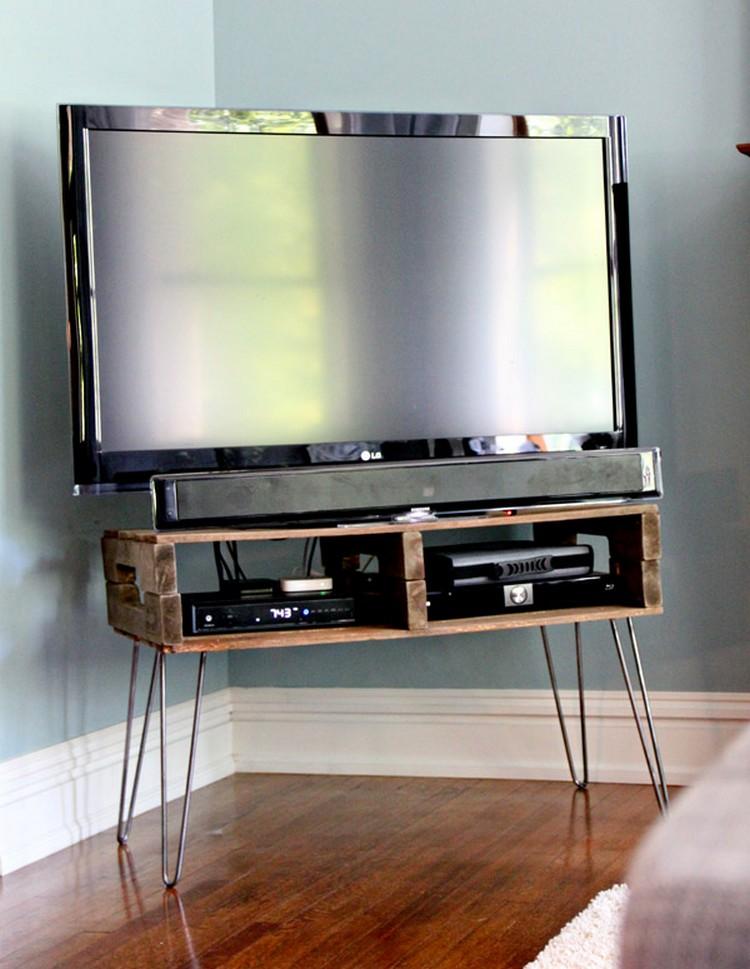 Pallet TV with Metal Legs