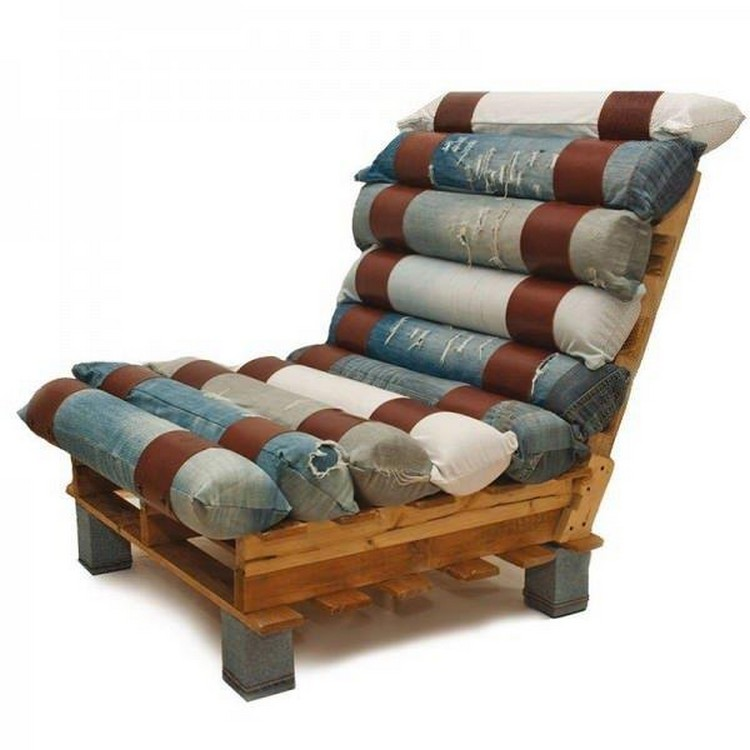 Lounge chairs out of wood pallets pallet wood projects Chairs made out of wooden pallets