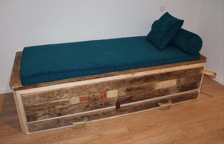 Daybed Made out of Wood Pallets | Pallet Wood Projects