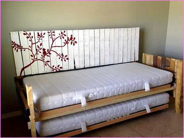 Wooden Pallet Daybed Ideas | Pallet Wood Projects