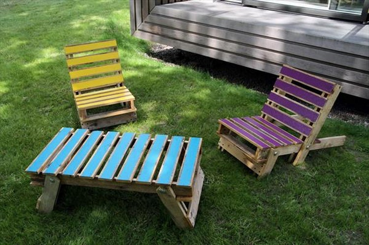 Lounge chairs out of wood pallets pallet wood projects for Palette table de jardin