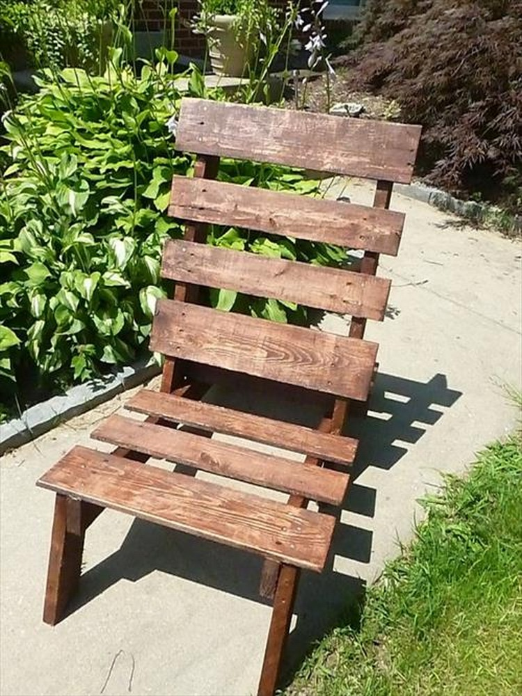 Lounge chairs out of wood pallets pallet wood projects for How to make furniture out of wood pallets