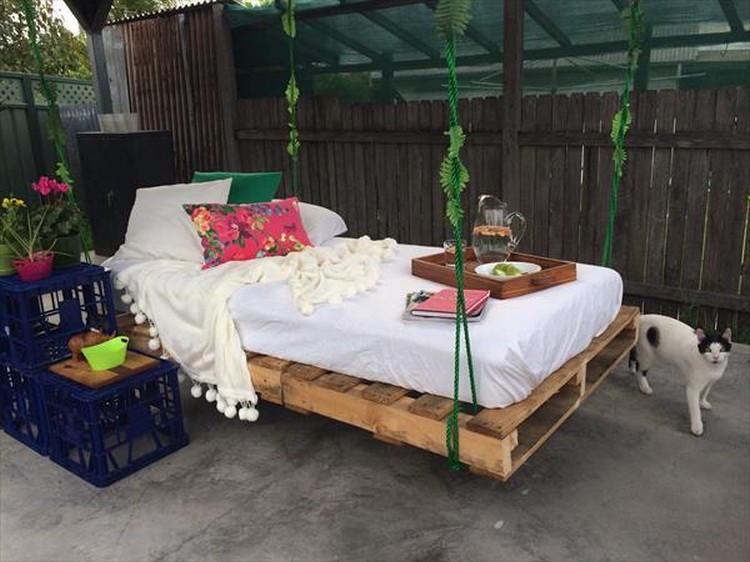 swing bed made from wooden pallets pallet wood projects. Black Bedroom Furniture Sets. Home Design Ideas