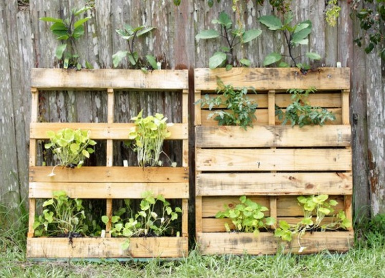 Diy pallet vertical garden projects pallet wood projects - Palette jardiniere verticale ...