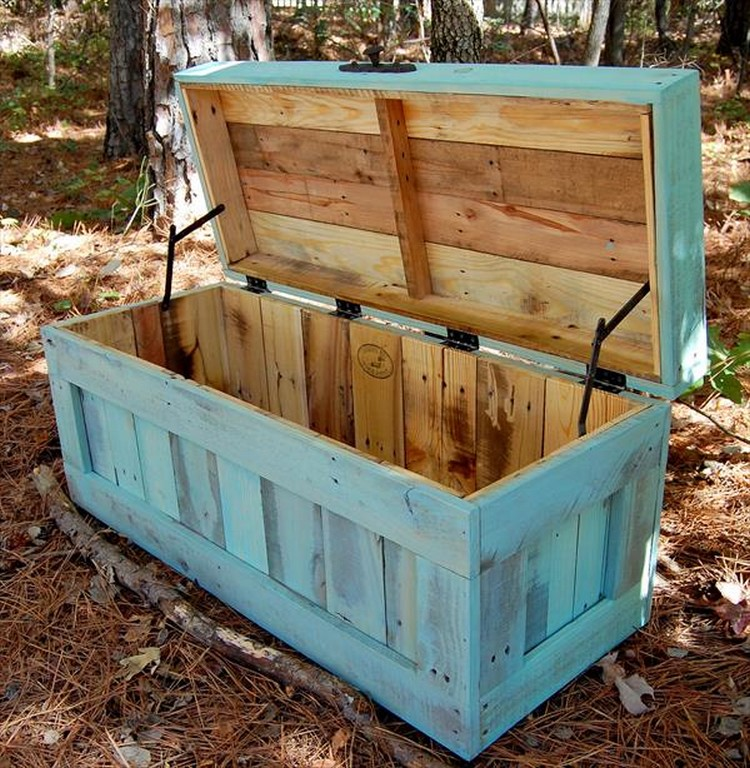 Wooden pallet storage chests pallet wood projects for Storage box made from pallets