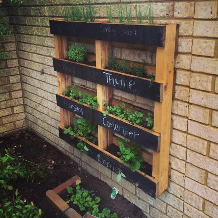 Diy pallet vertical garden projects pallet wood projects for Pallet veggie garden