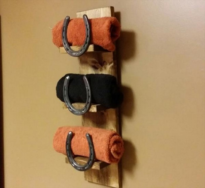 Pallet and Horseshoe Towel Rack