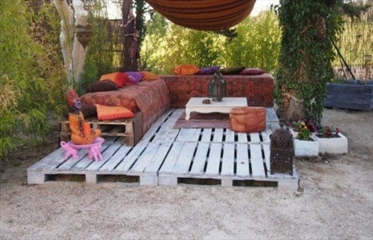 Diy pallet patio decks with furniture pallet wood projects - Gartengestaltung mit paletten ...