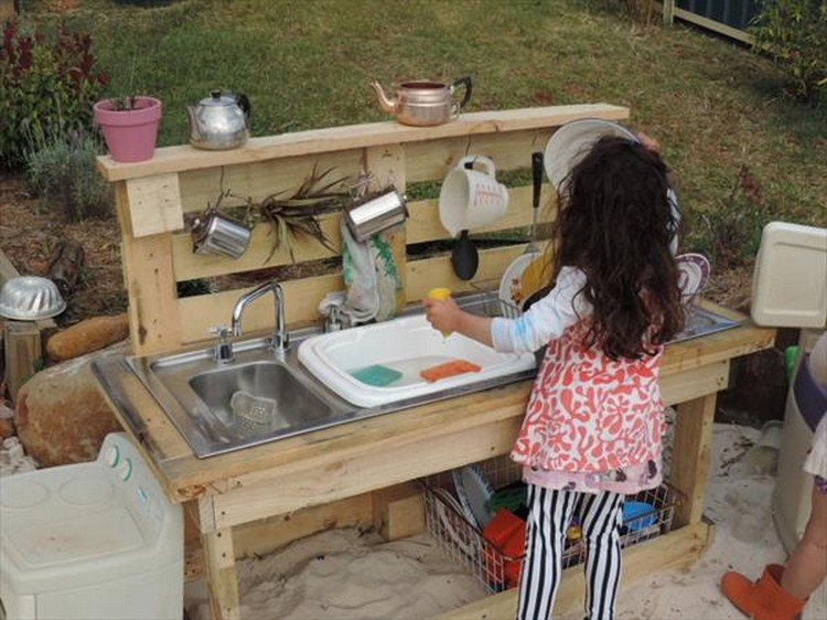 Recycled pallet wood outdoor kitchen pallet wood projects for Diy kids kitchen ideas
