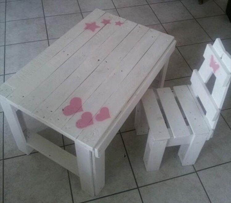 Pallet chairs for kids pallet wood projects for Chaise en palette