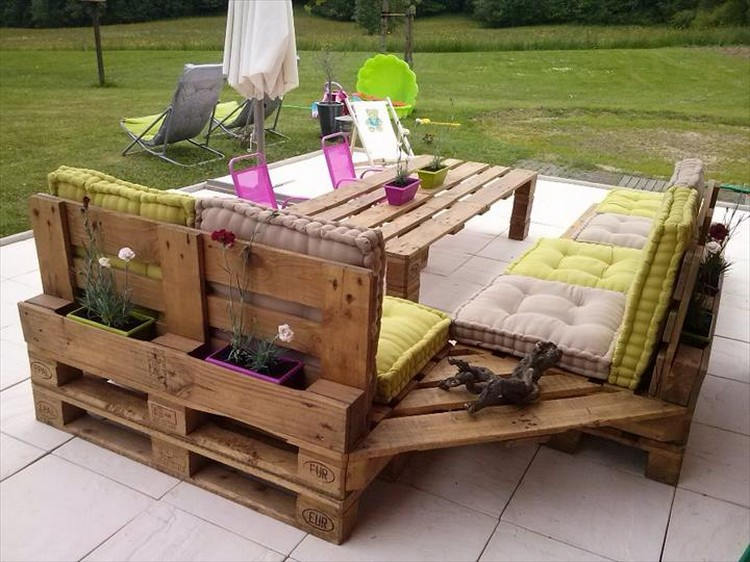 Outdoor furniture from pallet wood pallet wood projects for Outdoor wood projects ideas