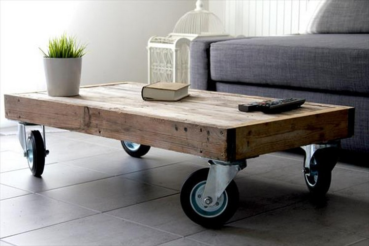 Pallet coffee table on wheels pallet wood projects - Table basse bois brut design ...