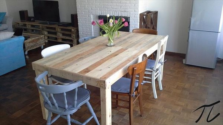 Recycled pallet dining tables pallet wood projects for How to make a pallet kitchen table