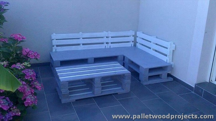 Outdoor Pallet Corner Couch with Coffee Table
