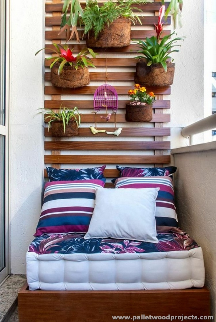 Ideas for garden and balcony decor with pallets pallet for Balcony wall decoration