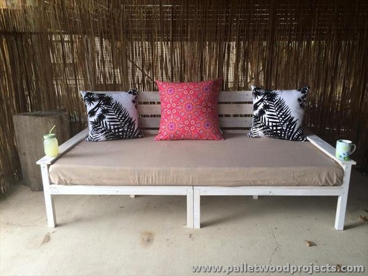 Recycled pallet daybed ideas pallet wood projects for Outdoor pallet daybed