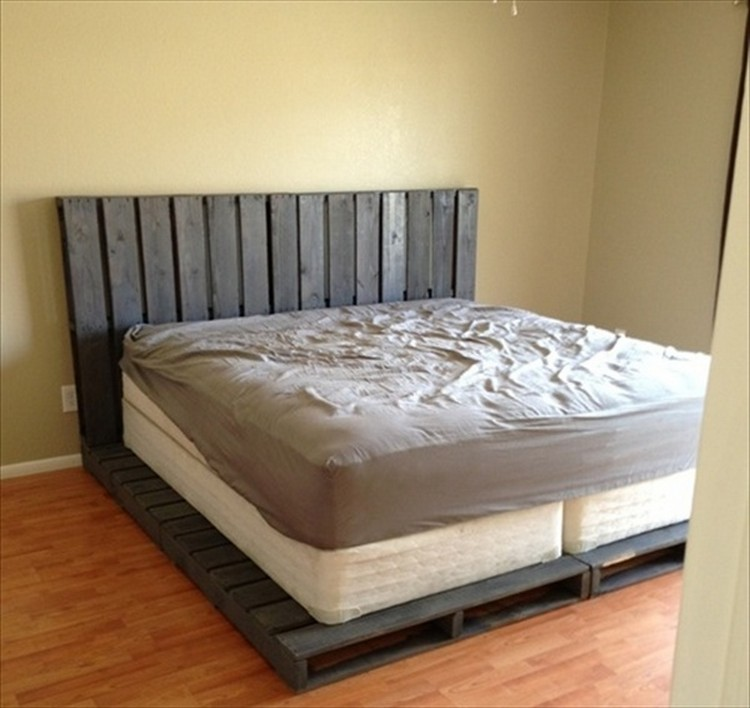 Recycled wooden pallet bed plans pallet wood projects for Pallet bed frame with side tables