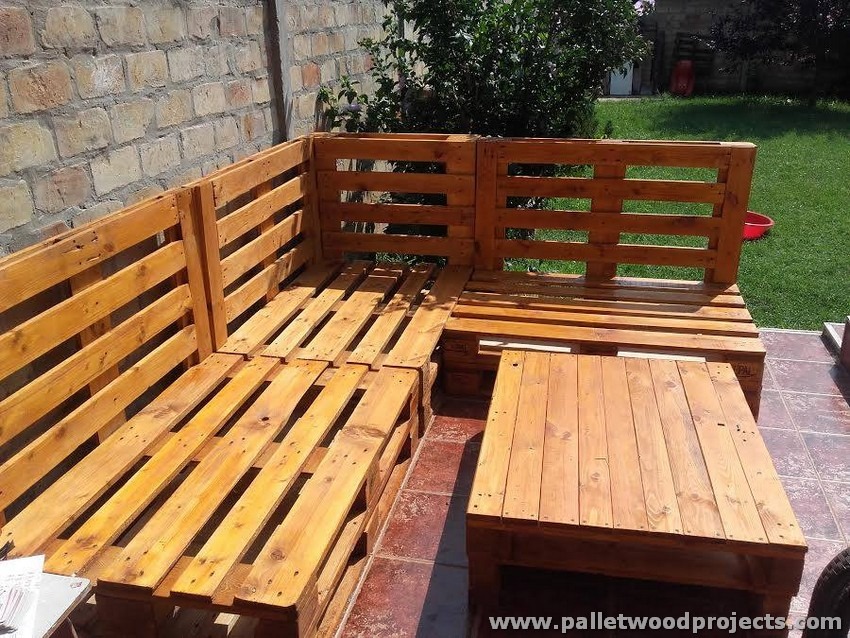 Pallet corner sofa with table pallet wood projects for Sofas con palets para jardin