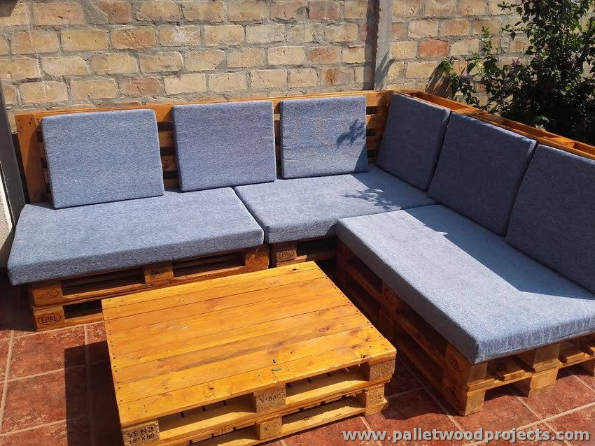 Pallet corner sofa with table pallet wood projects for Palette table de jardin