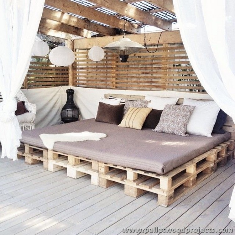 Attractive outdoor pallet furniture plans pallet wood for Outdoor pallet daybed