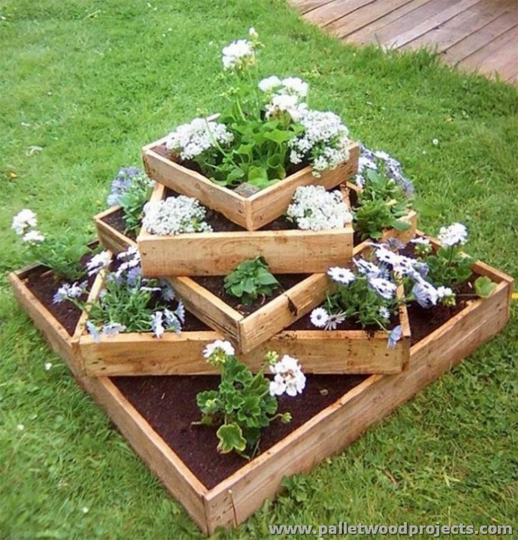 Patio projects with wooden pallets pallet wood projects for Wooden garden decorations