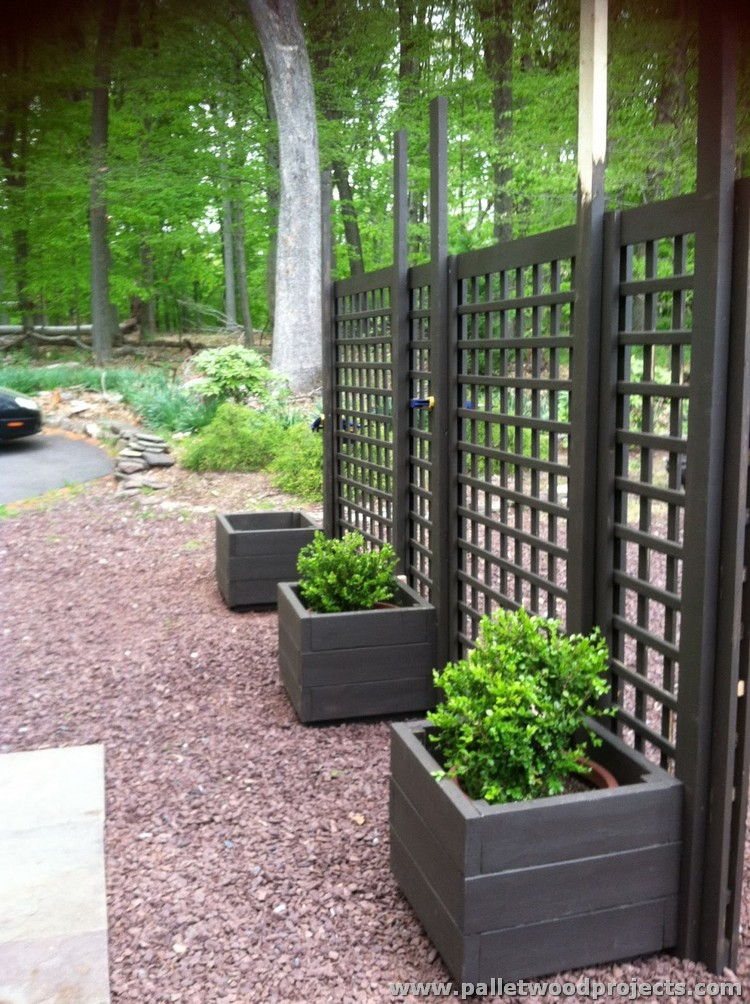 Gorgeous wooden pallet ideas pallet wood projects for Outdoor privacy fence screen