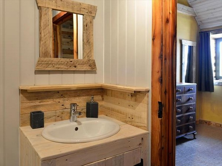 Pallet Wall Bathroom Idea