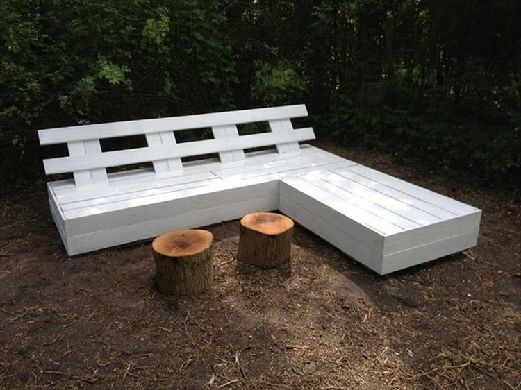 benches made with wood pallets