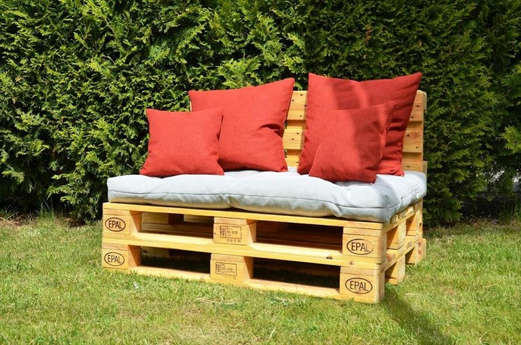 Stacked Pallet Garden Cushioned Seat