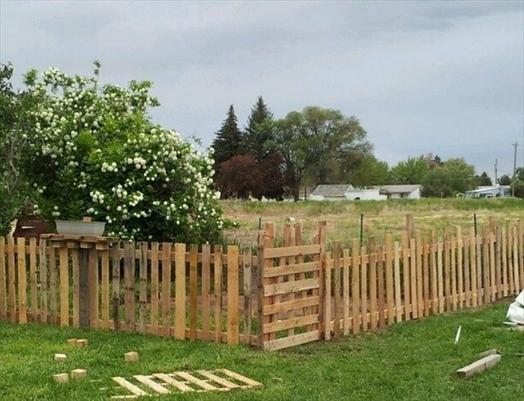 Ideas for wood pallet fences pallet wood projects for Wood privacy fence ideas