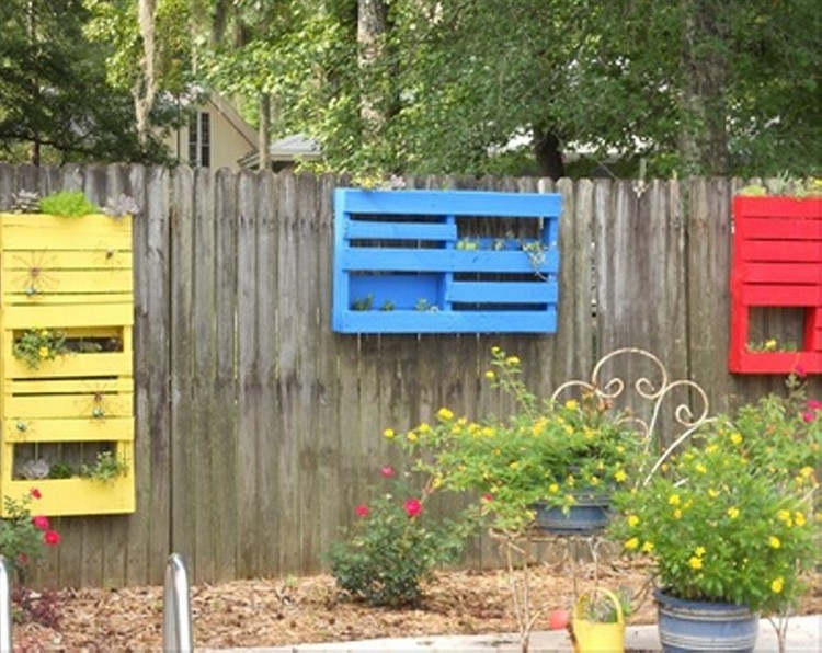 Recycled pallet planter ideas pallet wood projects for Outdoor ideas for wood pallets