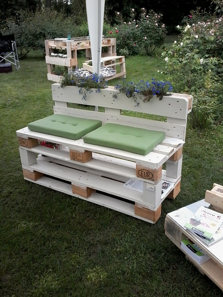 Diy pallet projects to fresh up your house pallet wood for Sofa de palets exterior
