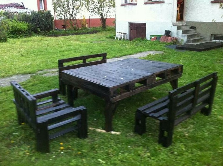 Outdoor furniture ideas made with wood pallets pallet for Diy pallet patio table