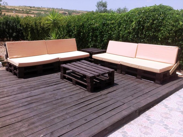Awesome Pallet Deck with Furniture
