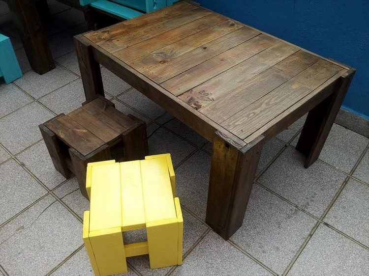 Pallet Kids Table and Stools