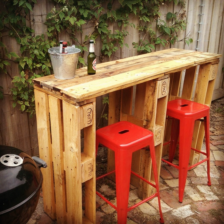 Cheap easy and creative recycled pallet ideas that will for Construire un bar exterieur en bois