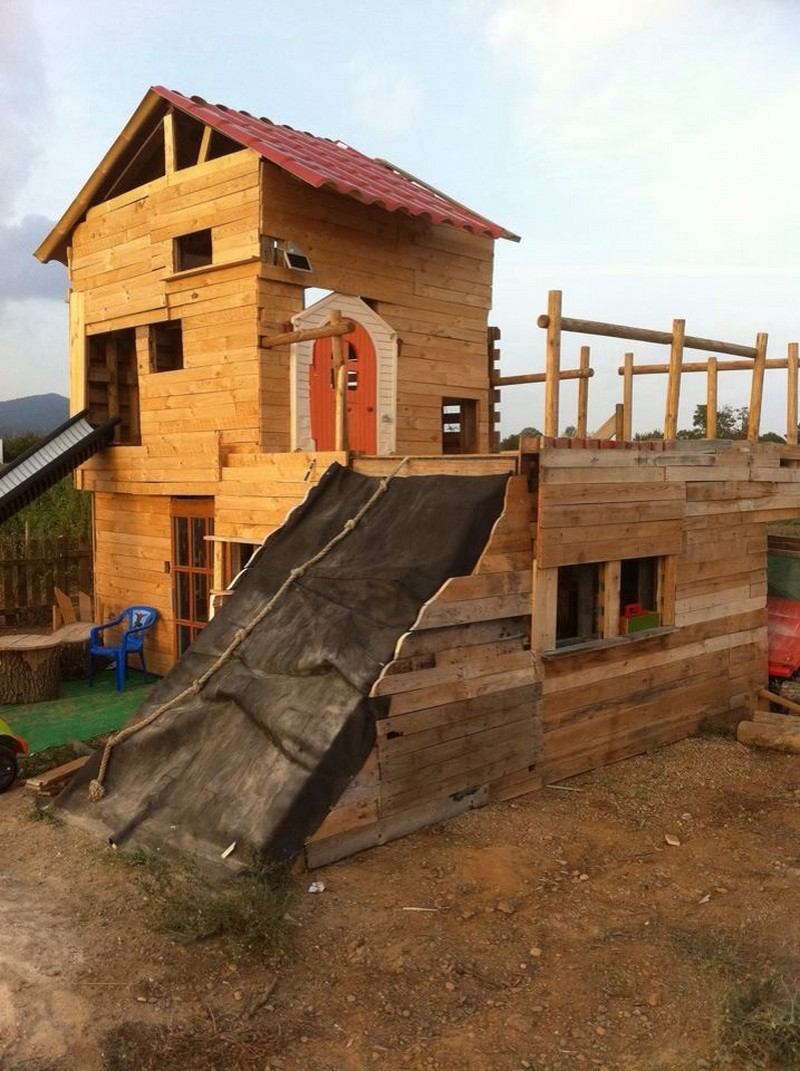 Wood Pallet Playhouse for Kids