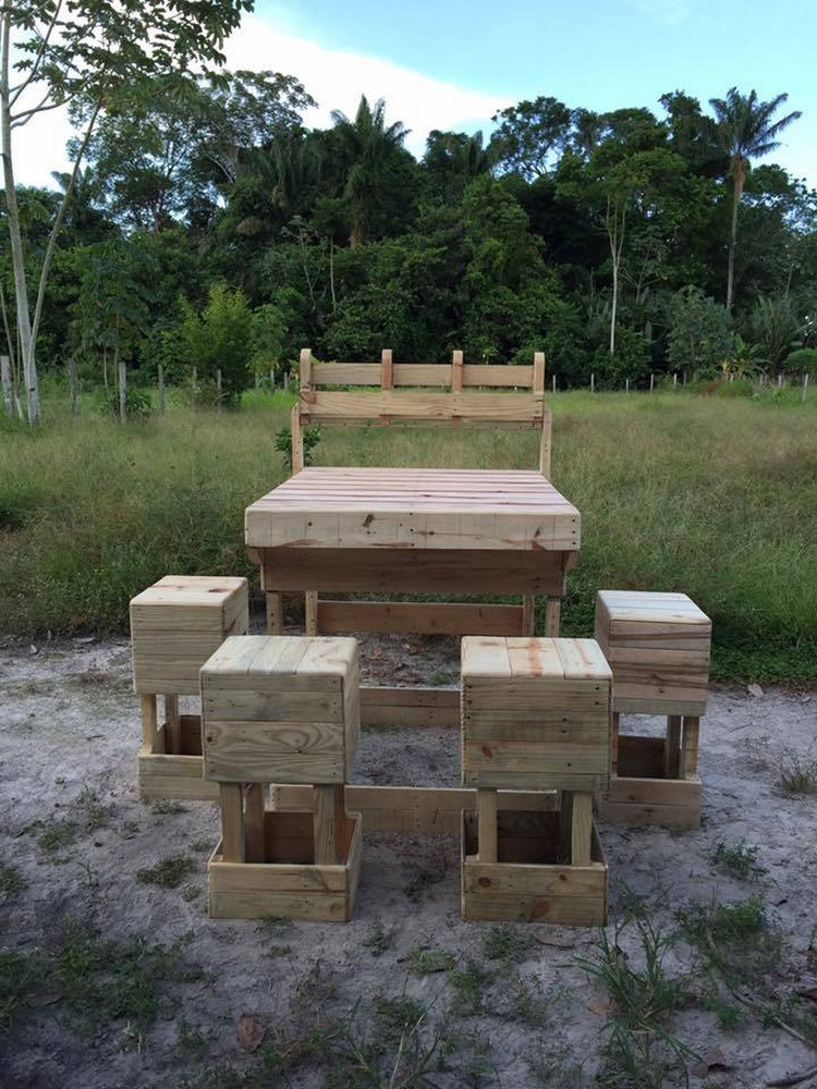 Pallet Outdoor Bar Idea