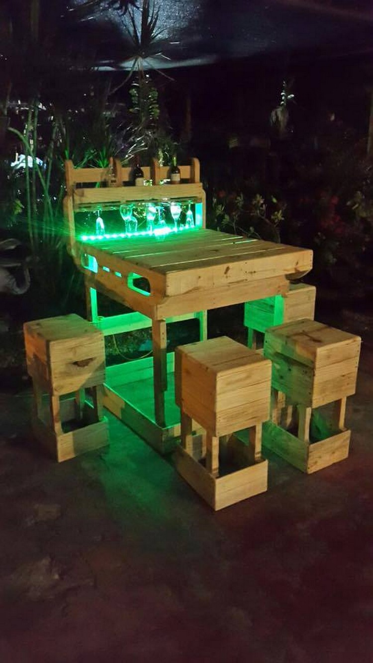 Pallet outdoor wine bar with lights pallet wood projects for Outdoor wood projects ideas