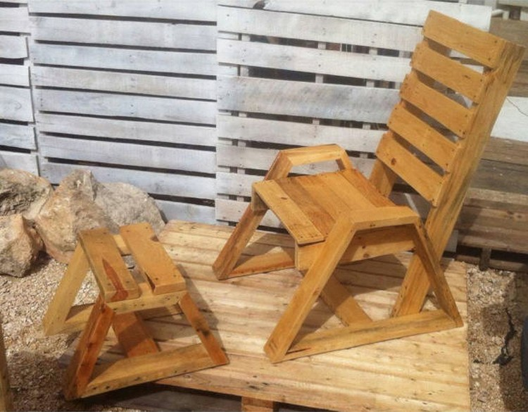 Wood Pallet Chair with Table