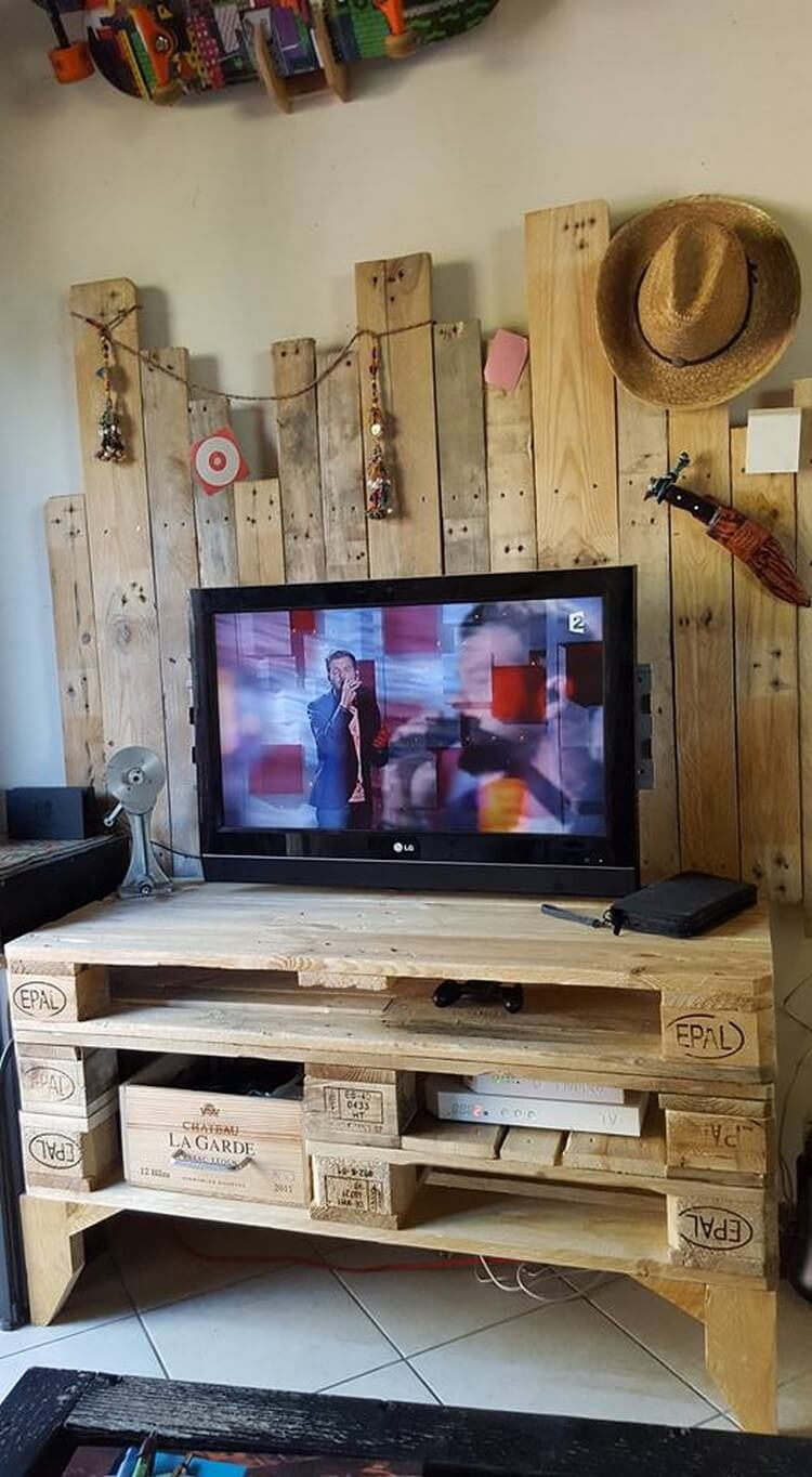 Unique Wood Pallet Media Table