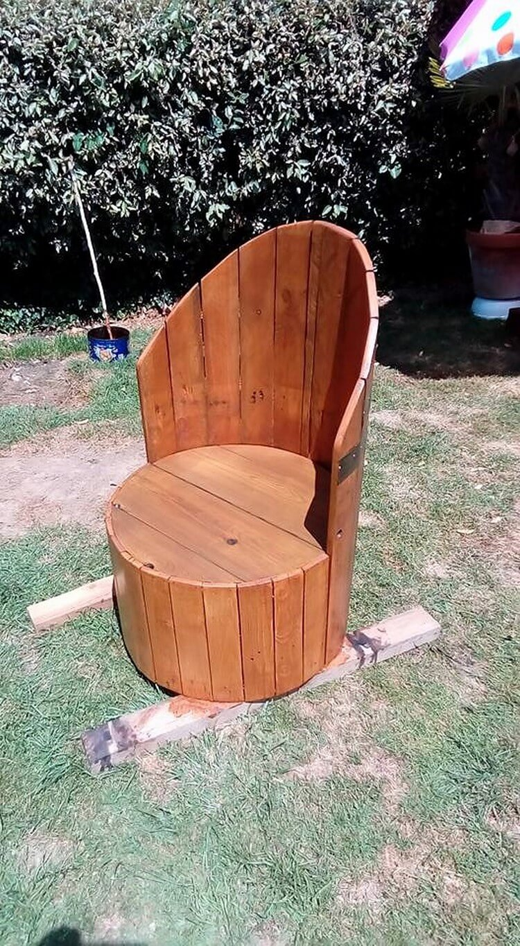 Diy pallets and cable spool made armchair pallet wood for Pallet armchair