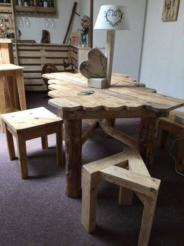 Unique Wooden Pallet Table and Stools