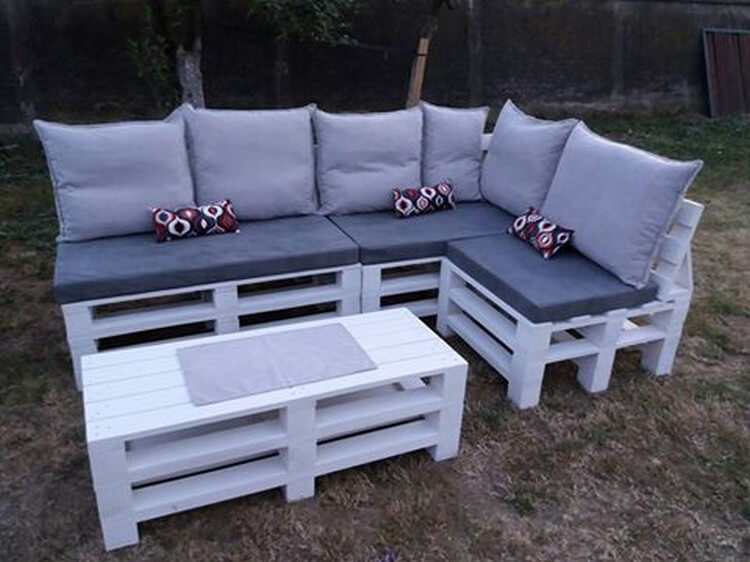 Make something different with old shipping pallets for Pallet corner bench