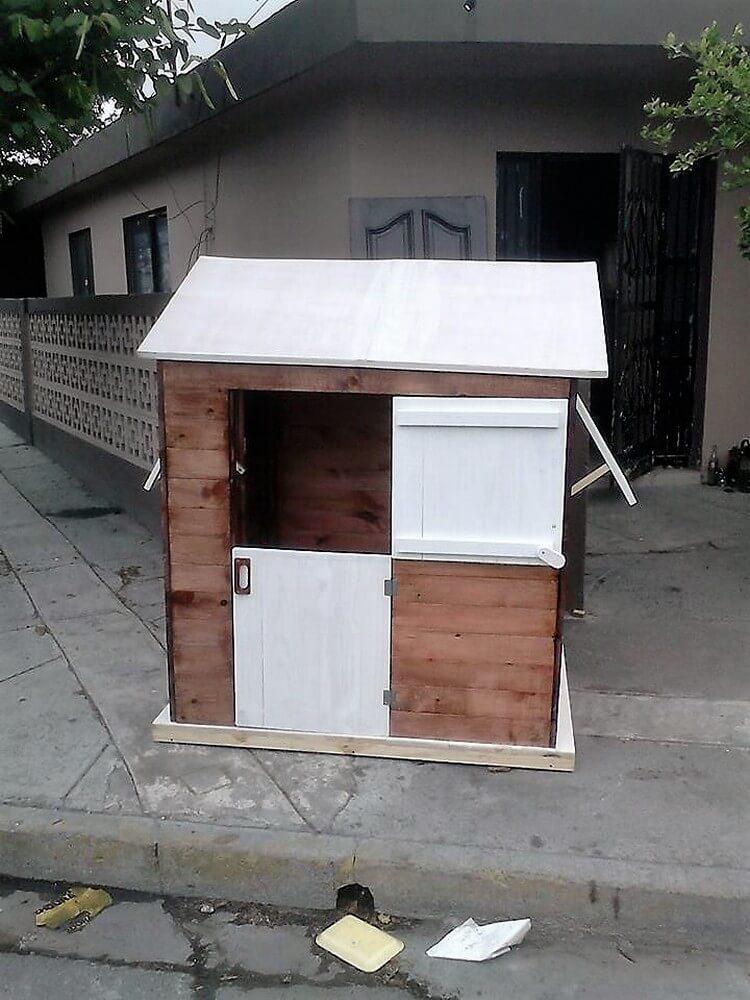 DIY Pallet Playhouse for Kids