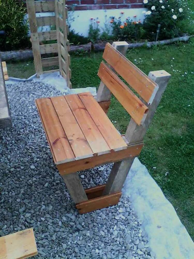 Diy wood pallet table and benches step by step plan for Diy pallet bench instructions