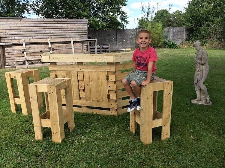 Pallet Outdoor Bar and Stools