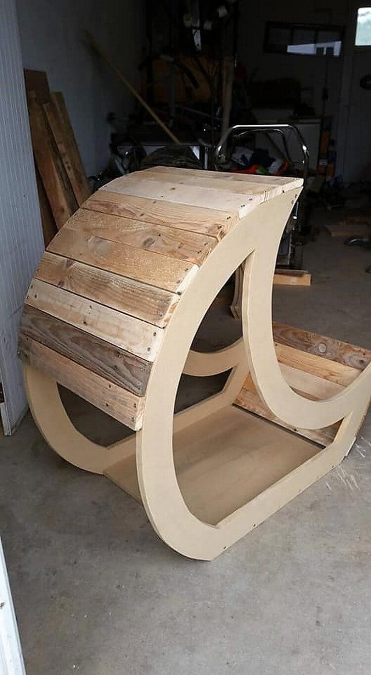 DIY Pallet Half Moon Cradle Chair